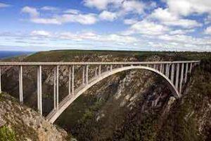 Markante Sehenswürdigkeit: Die Bloukranes Bridge an der Garden Route