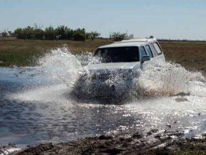 Safari-Jeep in der Regenzeit