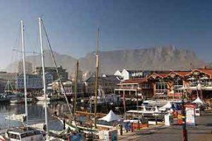 Blick in den Hafen von Kapstadt mit dem Tafelberg im Hintergrund