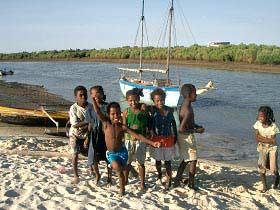 Spielende Kinder am Strand eines Fischerdorfes