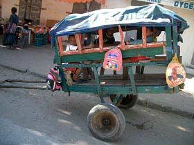 Geschäftsidee auf madagassisch: der Schulbus mit Muskelkraftantrieb