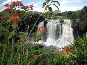 Herrliche Wasserfälle in einer idyllischen Landschaft