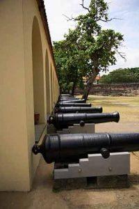 Kanonen in der größten Sehenswürdigkeit in Mombasa: Fort Jesus