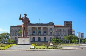 Stadthalle in der Hauptstadt Maputo mit der Statue of Michel Samora