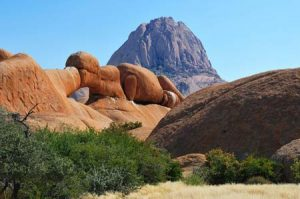 Namibia: natürliche Brücke vor der Spitzkoppe