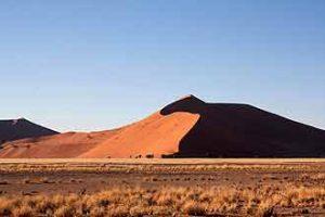 Sossusvlei ist von den höchsten Dünen der Welt umflossen