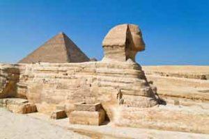 Die Sphinx vor den Pyramiden von Gizeh in Ägypten